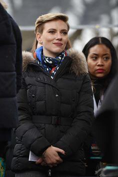 Scarlett Johansson Photos Photos - Scarlett Johansson attends the Women's March on Washington on January 21, 2017 in Washington, DC. - Women's March On Washington - Rally