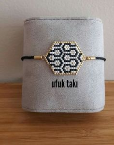 Bracelet stylisé - Vids Tutorial and Ideas Beaded Jewelry Patterns, Bracelet Patterns, Beading Patterns, Beading Tutorials, Bead Crochet Rope, Crochet Bracelet, Peyote Bracelet, Bead Loom Bracelets, Seed Bead Jewelry