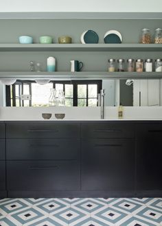 Bold colors in the design of eclectic home in Paris Kitchen Tiles Design, Kitchen Cabinet Design, Dark Blue Kitchen Cabinets, Best Countertops, Architect House, Black Kitchens, Beautiful Interiors, Home Remodeling, Kitchen Remodeling