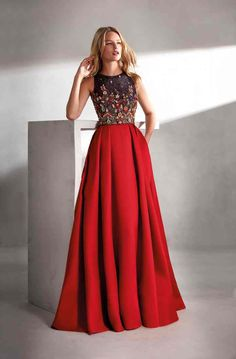 Long dress cut at the waist with a wide pleated silk skirt. The body is multicolored rhinestones with a boat neckline in the front and back to the armhole. Beautiful Dresses, Nice Dresses, Formal Dresses, Party Dresses, The Dress, Dress Skirt, Silk Skirt, Fiesta Outfit, Mode Hijab