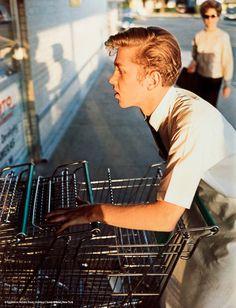 William Eggleston (né en 1939) fut l'un des premiers à faire accepter la photographie comme un travail artistique en 1965. Il se concentre en général sur le quotidien et le jeux des couleurs, des ombres et des formes géométriques. (Via)
