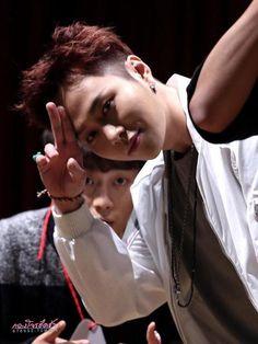BEAST Junhyung and photobomb-ing Doojun XD ♡ Fansign Event at Mokdong #12시30분 #비스트