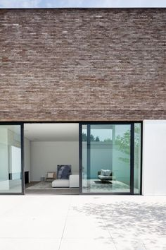 materiaal: glas, zwarte frames, wit, warme steen