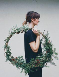 Noël : décorer autrement   À la mode Montréal...oblong wreath idea