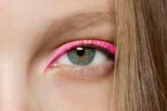 Pop of (hot) pink for a total style statement. #makeup #runway