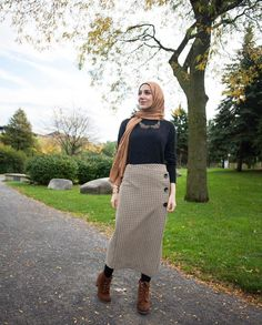 Pinterest: @adarkurdish Hijab Skirt, Hijab Style Dress, Modest Fashion Hijab, Stylish Hijab, Street Hijab Fashion, Casual Hijab Outfit, Hijab Chic, Abaya Fashion, Muslim Fashion
