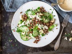 Scharfer Gurkensalat mit Hackfleisch und Cashew-Dressing