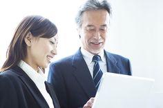 仕事中の会話から何気ない雑談まで、職場の上司から一目置かれる聞き方をベストセラーにもなった阿川佐和子さんの『聞く力―心を開く35のヒント』から学びましょう。