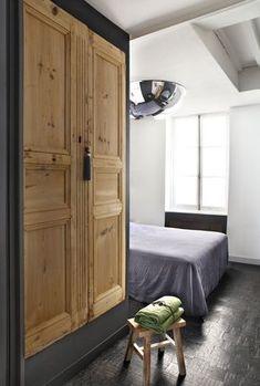 Que faire de vos vieilles portes enbois ? Recyclez-les et fabriquezune armoire !Et pour vous faciliter la tâche, profitez de l'angle d'un mur pour l'installer. Habillez vos portes anciennes d'un coffrage noir, montezuncôté en carreaux de plâtre, fixez le toutau mur, ajoutez des étagères et le tour est joué. Vous disposez ainsi d'une armoire qui a de l'allure tout en gagnant de la place.
