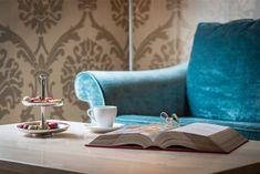 Grosszügig konzipierte Zimmer mit einem aussergewöhnlichen Farb- und Materialkonzept das darauf ausgerichtet ist, alle Sinne anzusprechen. Raumhohe Panoramafenster ermöglichen spannende Ein- und Ausblicke, edle Parkettböden erden, hochwertige Stoffe umschmeicheln und strahlen viel Geborgenheit aus. Modern, Couch, Furniture, Design, Home Decor, Beams, Fabrics, Trendy Tree, Settee