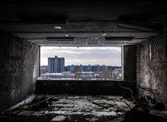 En 1986, un des réacteurs de la centrale nucléaire de Tchernobyl, en Ukraine, a explosé. Les habitants de la ville et des villes voisines se voient alors contraints de fuir leur foyer, laissant derrière eux leurs maisons, leurs biens, leurs souvenirs. Aujourd'hui...