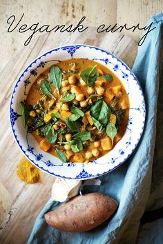 Här kommer ett av mina bästa snart är det höst-recept på matig, värmande, lagom het och megagod vegansk curry! Jag kan ej få nog av spenat, kikärtor och sötpotatis och den här rätten innehåller allt d