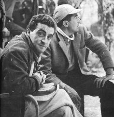 """Giuseppe De Santis e Tonino Guerra sul set di """"Uomini e lupi"""" (1956)."""