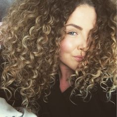 Curls out of control ☺️ #curlyhair#teamnatural#teamnaturalhair#curlygirl#curly#copenhagen#curlylife#bighairdontcare#thursdaynight