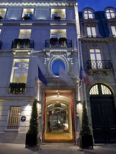 Intercontinental Paris Avenue Marceau Hotel: An illuminated facade acts as the public image of a luxury hotel, compliant with listed building legislation, dramatic - and yet energy efficient thanks to LED technology.  Pho­to­gra­pher: Dirk Vogel, Dort­mund  Place: Paris