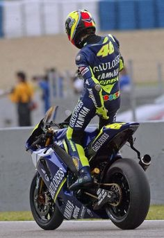 Valentino Rossi (Reuters) Vale does his EVERY TIME he leaves the pit lane to go out on track. It is part of his ritual. Vale Rossi, Velentino Rossi, Valentino Rossi Yamaha, Valentino Rossi 46, Gp Moto, Moto Bike, Grand Prix, Motorcycle Suit, Yamaha Motorcycles