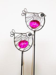 Ptáček se fuksiová oblázkem Ptáček je zhotoven z černého žíhaného drátu a dozdoben akrylovým oblázkem. Délka zápichu je cca 37cm, velikost ptáčka je 7x6,5cm. Zápich se hodí do květináčů, suchých vazeb a různých dekorací. Oblázek propouští světlo. Cena za kus. Drát je ošetřen proti korozi, ve velmi vlhkém prostředí může chytit patinu.