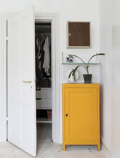 Giv indretningen liv og spræl med en gul farveklat som kommoden her // Spice up your white in white decor with some bright yellow Home Design, Decor Interior Design, Interior Styling, Interior Decorating, Room Inspiration, Interior Inspiration, Scandinavian Interior, White Decor, New Room