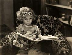 Shirley Jane Temple (23 de abril de 1928) es una actriz y diplomática estadounidense. Protagonizó más de 40 películas de cine, la mayor parte como actriz infantil durante los años 1930. Nadie sabe cuando Shirley Temple comenzó a hacer películas ya que los Estudios FOX hicieron un certificado de nacimiento falso.