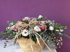 Cesta de flores selectas y orquideas, producto extraordinario elaborado con lisianthus,flor de cera, orquideas, verdes silvestres y una presentación exquisita.¿Por qué en Les flors de Nuria