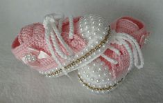 De 0 á Se Gostou Clique no ❤ Siga nosso perfiThis Pin was discovered by TaiBeauty and Things (аCrochet Baby Booties With Bows And PearlsFaixa e sapatinho de crochê com chaton de strass - 50 cores no Crochet Baby Sandals, Booties Crochet, Crochet Shoes, Crochet Slippers, Cute Baby Shoes, Baby Girl Shoes, Baby Girl Crochet, Crochet Baby Clothes, Baby Boots