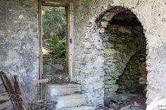 la porta di un altro mondo questa immagine è naturale così come l'ho vista. Dove sarei finito se avessi fatto quei tre gradini di pietra? forse in un altro mondo oppure semplicemente... fuori :)