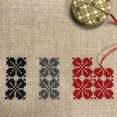 I stitching a trial from ILSE BRASCH's motif. イルゼさんの図案集から小さな花のモチーフを連続模様にアレンジ中です 試し刺だけど止められないー #ilsebrasch #crossstitch #handmade #イルゼブラッシ #クロスステッチ #ハンドメイド