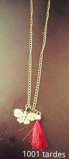 Collar largo cadena oro viejo, mariposa oro viejo y pompón burdeos