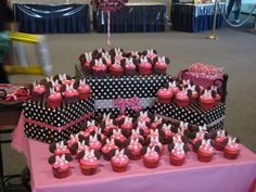 Theme-wrapped boxes for displaying cupcakes! Deco Cupcake, Cupcake Display, Cupcake Stands, 3rd Birthday Parties, Birthday Bash, Birthday Ideas, Ideas Decoracion Cumpleaños, Mickey E Minie, Minnie Mouse Theme
