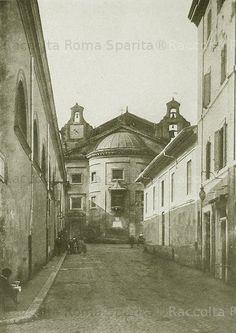 Foto storiche di Roma - Via della Consolazione prima delle demolizioni. A sinistra l'ex ospedale annesso alla Chiesa di Santa Maria della Consolazione. L'ex ospedale è attualmente sede del Comando dei Vigili Urbani del Comune di Roma Anno: 1930