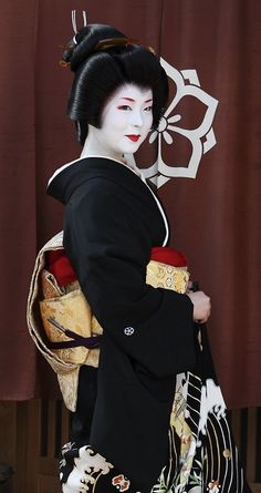 "Erikae"". Miyagawa-cho, Higashiyama area in Kyoto. November 17, 2011. Photographer Teruhide Tomori of Flickr"
