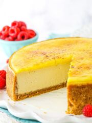 Creme Brûlée Cheesecake - Life Love and Sugar This Creme Brûlée Cheesecake is made with a creamy brown sugar cheesecake, pastry cream and caramelized sugar on top! It's a fun twist on traditional creme brûlée with lots of flavor! Fudge Recipes, Cheesecake Recipes, Cupcake Recipes, Dessert Recipes, Easy Desserts, Easy Chocolate Fudge, Mint Chocolate Chips, Decadent Chocolate, Chocolate Cheesecake
