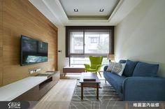 設計師為年輕夫妻從毛胚屋開始服務,將水電管路重新配置,接著將簡約風格傾注於 20 坪空間中,抹除冗贅的裝飾,取而代之的是大量的木質元素,搭配跳色家具,讓居家空間顯得清新宜人。從電視牆面的實木貼皮至木地板,全然木質裝潢在進門時便映入眼簾,而裝設於牆面的隱藏式置物空間,則提供了適當的收納;開放式客餐廳皆