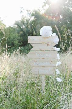 Baut Euren eigenen Hochzeitswegweiser mit diesem Schilderset aus Holz! Das Set beinhaltet fünf blanko Schilder aus hellem Kiefernholz in unterschiedlichen Formaten. Sie lassen sich nach Belieben beschriften oder lackieren. Die maximale Länge beträgt 50cm, die Höhe 11cm. Nach dem Beschriften schraubt Ihr sie einfach auf eine Dachlatte (nicht im Lieferumfang enthalten, gibts aber in jedem Baumarkt) …
