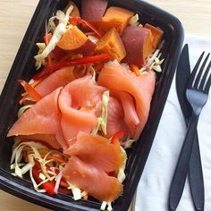 Have you ever tried #mealprepping with smoked salmon? It makes for a healthy quick and easy -- and KILLER lunch!  _ Meal Prep Credits: @xtinebyrne