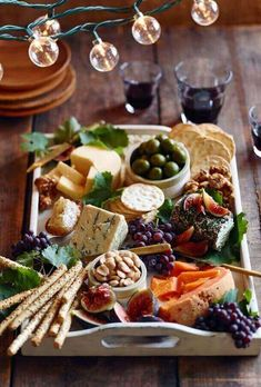 Antipasto, the perfect appetiser to a pizza party. Gives your guests a chance to nibble on some hearty ingredients, in which you can showcase what you will be using on your pizzas. Appetizer Dips, Appetizers For Party, Appetizer Recipes, Meat Appetizers, Party Entrees, Party Snacks, Keto Snacks, Wine And Cheese Party, Wine Cheese