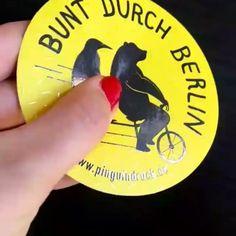 Bunt durch Berlin <3  Wir lieben sie einfach - unsere Aufkleber mit partiellem UV-Lack  #uvlack #Aufkleber #Sticker #buntdurchberlin #oinguindruck #Veredelung #druckerei