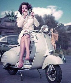 Vespa Girl, Scooter Girl, Scooters, Divas, Motorbike Girl, Actrices Hollywood, Vintage Vibes, The Most Beautiful Girl, Classic Beauty