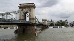 Die Kettenbrücke oderSzéchenyi lánchíd, wie sie in der Heimatsprache der Ungarn genannt wird, ist das wohl berühmteste Bauwerk von Budapest.