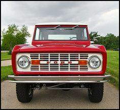 Auction Lot Kansas City, MO Frame-off rotisserie restoration. Classic Bronco, Classic Ford Broncos, Classic Trucks, Old Ford Trucks, Suv Trucks, Cool Trucks, Old Bronco, Early Bronco, Broncos Pictures