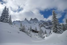 Einfache Skitour in eines der schönsten Skitourengebiete in Vorarlberg. Die Lindauer Hütte ist Ausgangspunkt einiger Skitourenklassiker. Die Sulzfluh mit dem legendären Rachen oder die Drei Türme zählen zu den schönsten Skitouren in Vorarlberg mit einem unvergleichlichen Bergpanorama und schönen, langen Abfahrten. Portal, Snow, Mountains, Nature, Travel, Outdoor, Parking Lot, Alps, Nice Asses