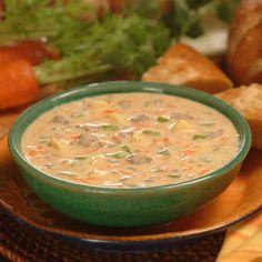 La sopa de hamburguesa es muy fácil de preparar y generalmente con ingredientes que ya se tienen en casa, como vegetales frescos, tomates, condimentos...