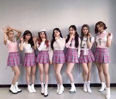 [#모모랜드] 메리 여러분들의 힘찬 응원에 힘입어 5주간의 활동을 잘 마쳤습니다💜💜 아쉽지만 더욱 멋지게 돌아올 모랜이들을 기다리며😭❣️(조금만 기다료👋🏻) 마지막 음악방송 인기가요 완료❗️잠시 후 팬싸인회에서 만나용✋🏻 #MOMOLAND… Kpop Girl Groups, Korean Girl Groups, Kpop Girls, Oppa Gangnam Style, Daisy, School Uniform Girls, Girls Uniforms, Best Friend Goals, Tumblr Girls