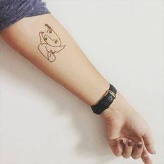 Tatuaje de la cara de una mujer junto a una paloma inspirado en...