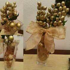 Centro navideño. Garron de cristal. diferentes bolas doradas (en este caso son las que he puesto durante unos años en el árbol ) lazo dorado con diseño. hojas de pino cubiertas de purpurina.  dos racimos de uva