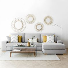 Cómo combinar un sofá gris: Colores para pared y cojines A gray sofa that combines cushions in gray and yellow tones Home Living Room, Interior Design Living Room, Living Room Designs, Living Room Decor, Bedroom Decor, Sofa Design, Sofa Gris, Dining Room Walls, Living Room Inspiration