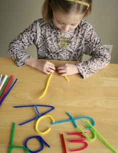 "Lletres amb pals ""netejadors de pipa""/Making letters out of pipe cleaners!"