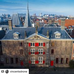 #Repost @vincentsdrone  Gravensteen in Leiden. This building had many functions: house prison book store and is currently being used as a university building. #leiden #architecture #leidenuniversity #gravensteen #pieterskerk #stadvanontdekkingen #drone #d