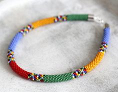 Afrikanische Halskette * Zulu Perlenarbeiten * Maasai Halskette * häkeln Halskette  Massai Stil Halskette inspiriert von ethnischen Schmuck, Masai und Zulu Perlenarbeiten - Perlen-häkeln-Technik gemacht. Verschluss ist ein Hummer Klaue in Silber Farbe - Bitte Convo me if you want eine einstellbare Kettenverlängerer für Komfort und Länge Präferenz!  Das Collier ist ca. 47 cm lang (18,50 Zoll) und ca. 1,1 cm (0,43 Zoll) dick.  Ich kann auch eine zwei - oder drei-Strang-Version davon, sowie…
