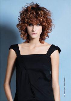 capelli ricci curly hair Wild Curly Hair, Short Curly Hair, Wavy Hair, Short Hair With Layers, Short Hair Cuts For Women, Medium Hair Styles, Curly Hair Styles, Oval Face Hairstyles, Shoulder Hair